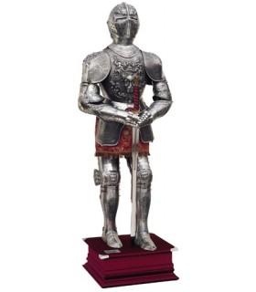armures naturelles plaquées avec des gravures, costume marron et épée dans les mains