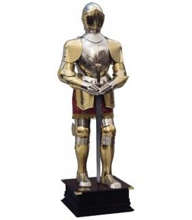 armure naturelle gravée en argent et or, costume marron et une épée dans les mains