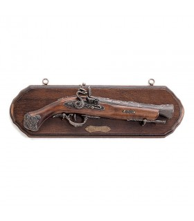 La panoplie de bois avec le pistolet tromblon