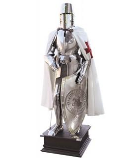 Armure de la croix des Templiers sur sa poitrine avec